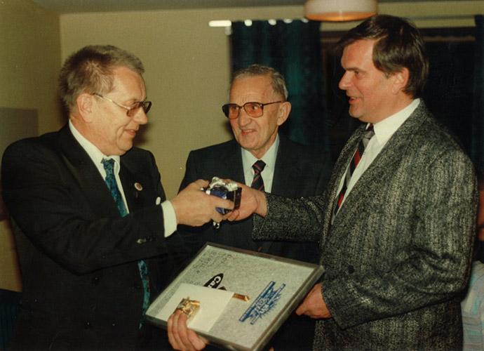 Bilden ovan ser vi från vänster Bertil Carlsson, Knut Levin och Leif Levin. Carlson hade  varit på firman i 25 år.